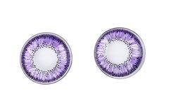 Pożytecznie plastikowi purpura talerze odizolowywający na białym tle Dwa pustego pucharu Pykniczny naczynie Plastikowy Przetwarza obrazy royalty free