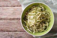 Pożytecznie surowy zucchini makaron w pucharu zakończeniu up Horyzontalny wierzchołek rywalizuje Zdjęcia Royalty Free