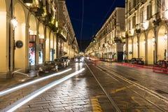 Po街道在夜之前,都灵 库存照片