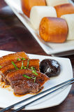 Po ήχων καμπάνας χοιρινό κρέας με το βρασμένο στον ατμό κουλούρι mantou Στοκ φωτογραφίες με δικαίωμα ελεύθερης χρήσης