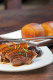Po ήχων καμπάνας χοιρινό κρέας με το βρασμένο στον ατμό κουλούρι mantou Στοκ φωτογραφία με δικαίωμα ελεύθερης χρήσης