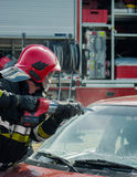 Pożarnicze i Ratownicze Przeciwawaryjne jednostki przy wypadkiem samochodowym Fotografia Stock