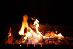 Po?arniczy ognisko Płomień ogień pali w otwartym pu przy nocą obrazy royalty free