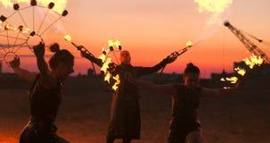 Po?arniczy przedstawienie artysta oddycha ogienia w zmroku przy zapami?tanie budynkiem, zwolnione tempo Ogień w kierowym kształci zbiory