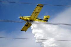 Pożarniczy samolot podczas lota Fotografia Stock
