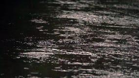 Po?as da chuva em um pavimento vídeos de arquivo