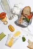 Po bankieta kończy Zmizerowany jedzenie na stole po obiadowego przyjęcia Resztki, opróżniają talerze, lewa połówka jedzących posi zdjęcie royalty free