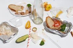 Po bankieta kończy Zmizerowany jedzenie na stole po obiadowego przyjęcia Resztki, opróżniają talerze, lewa połówka jedzących posi fotografia royalty free