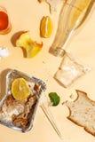 Po bankieta kończy Zmizerowany jedzenie na stole po obiadowego przyjęcia Resztki, opróżniają talerze, lewa połówka jedzących posi zdjęcia stock