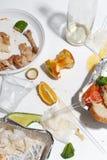 Po bankieta kończy Zmizerowany jedzenie na stole po obiadowego przyjęcia Resztki, opróżniają talerze, lewa połówka jedzących posi zdjęcie stock