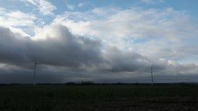Po burz ciężkich chmur przechodzi obok zbiory