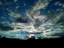 Po burzy słońce jest pod horyzontem Zdjęcia Royalty Free