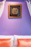 Pościel w purpurowym pokoju z orage poduszkami Zdjęcie Royalty Free