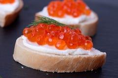 Pão com queijo creme fresco e o caviar vermelho Fotos de Stock Royalty Free