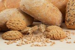 Pão e biscoitos dietéticos com sementes do trigo Fotos de Stock Royalty Free