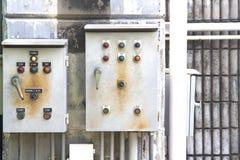 Po eléctrico concreto y viejo de control eléctrica de la caja y de la pared y Foto de archivo libre de regalías