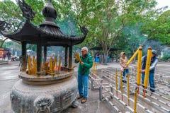PO Lin Buddhist Monastery auf Lantau-Insel durch Ngong-Klingeln Leute mit Weihrauchangeboten beten und beten an lizenzfreie stockbilder