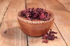 Poślubnik herbata w drewnianym pucharze Zdjęcia Royalty Free