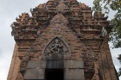 Po Nagar świątynia z Durga slayer demon na pediment nad wejście zdjęcia stock