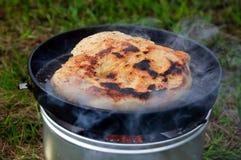 Pão no fogão de acampamento Fotos de Stock Royalty Free