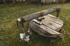 Po?o velho pequeno de madeira na grama perto de um werehouse de madeira imagem de stock
