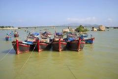 Połowu skuner na tle most przy usta rzeczny Kai nha trang Vietnam Zdjęcia Royalty Free