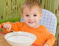 Po posiłku piękna chłopiec zdjęcie stock