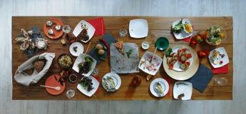 Po przyjęcia Zmizerowany jedzenie na drewnianym słuzyć świątecznym stole zdjęcia royalty free