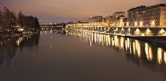 Po rzeka i Murazzi doki, Torino, Włochy, noc widok Zdjęcia Royalty Free
