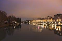 Po rzeka i Murazzi doki, Torino, Włochy, noc widok Obrazy Stock