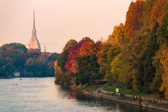 Po rzeka w Turin mieście z gramocząsteczki antonelliana i ludzie chodzi w części Fotografia Stock