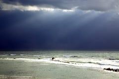 Po tym jak burza światło słoneczne promienie pcha przez chmur Obraz Stock