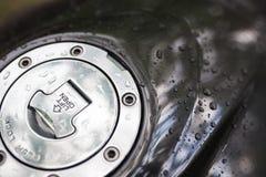 Po tym jak samochodowy obmycie lub deszcz, zamykamy w górę wodnych kropel na motocyklu kapiszonie Obrazy Royalty Free
