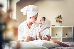 Po tym jak skąpanie my dzieli miłości ryć inny Matka i córka Zdjęcie Royalty Free