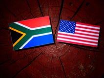 Południe - afrykanin flaga z usa flaga na drzewnym fiszorku Obraz Stock
