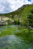 Po?udnie Francja, widok na ma?ym Provencal miasteczku poeta Petrarch Vaucluse z szmaragdowej zieleni wodami Sorgue rzeka zdjęcia stock