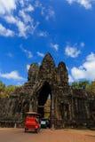 Południowa brama Angkor Thom z tuk-tuk samochodem Fotografia Royalty Free