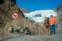 POŁUDNIOWA wyspa, NOWY CC$ZEALAND MAY 23, 2017: Niezidentyfikowana para enoying widok Franz Josef dolina i lodowiec Obrazy Royalty Free