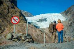 POŁUDNIOWA wyspa, NOWY CC$ZEALAND MAY 23, 2017: Niezidentyfikowana para enoying widok Franz Josef dolina i lodowiec Fotografia Royalty Free
