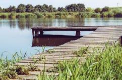 Po??w platforma na jeziorze b??kitny mola denny s?o?ce drewniany obraz stock