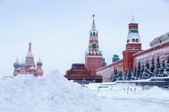 Po wielkiego zima opadu śniegu przy Moskwa placem czerwonym z katedrą Świątobliwy basil mauzoleum po wielkiego opadu śniegu i Bło Zdjęcie Royalty Free
