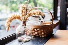 Poaceae et un panier de l'assaisonnement Photos stock