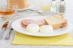 Poached яичка здравица и бекон Стоковое Изображение