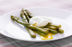 Poached egg and asparagus Royalty Free Stock Photography