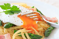 Poached egg on spaghetti Stock Photography