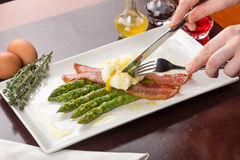 Poached eggs with bacon and asparagus Royalty Free Stock Photography