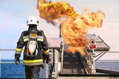 Pożarniczy wojownik na ropa i gaz przemysle, pomyślny strażak przy pracą, Pożarniczy kostium dla wojownika z ogieniem i kostium d Obraz Stock