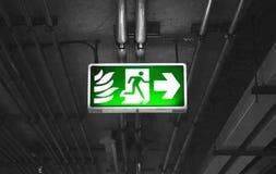 Pożarniczy wyjście podpisuje wewnątrz parking samochodowego budynek Obraz Stock