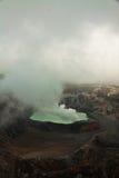 Poas-Vulkan mit grünem Rauche Stockbild
