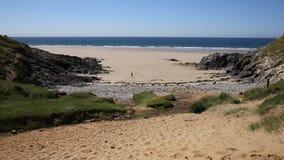 Pobblesstrand de populaire de toeristenbestemming van Gower Peninsula Wales het UK en naast Drie Klippenbaai stock videobeelden